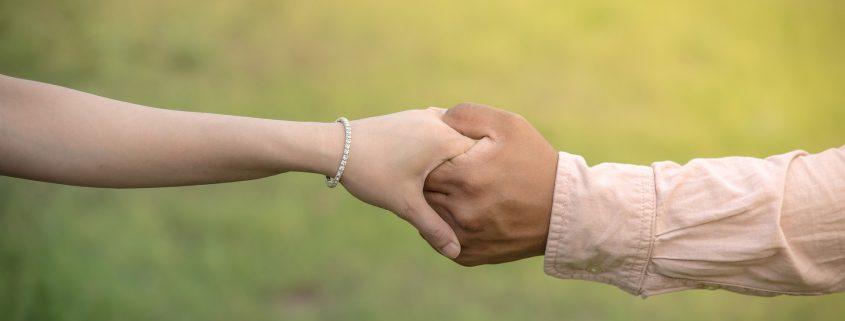 Hände reichen, gegenseitig stärken