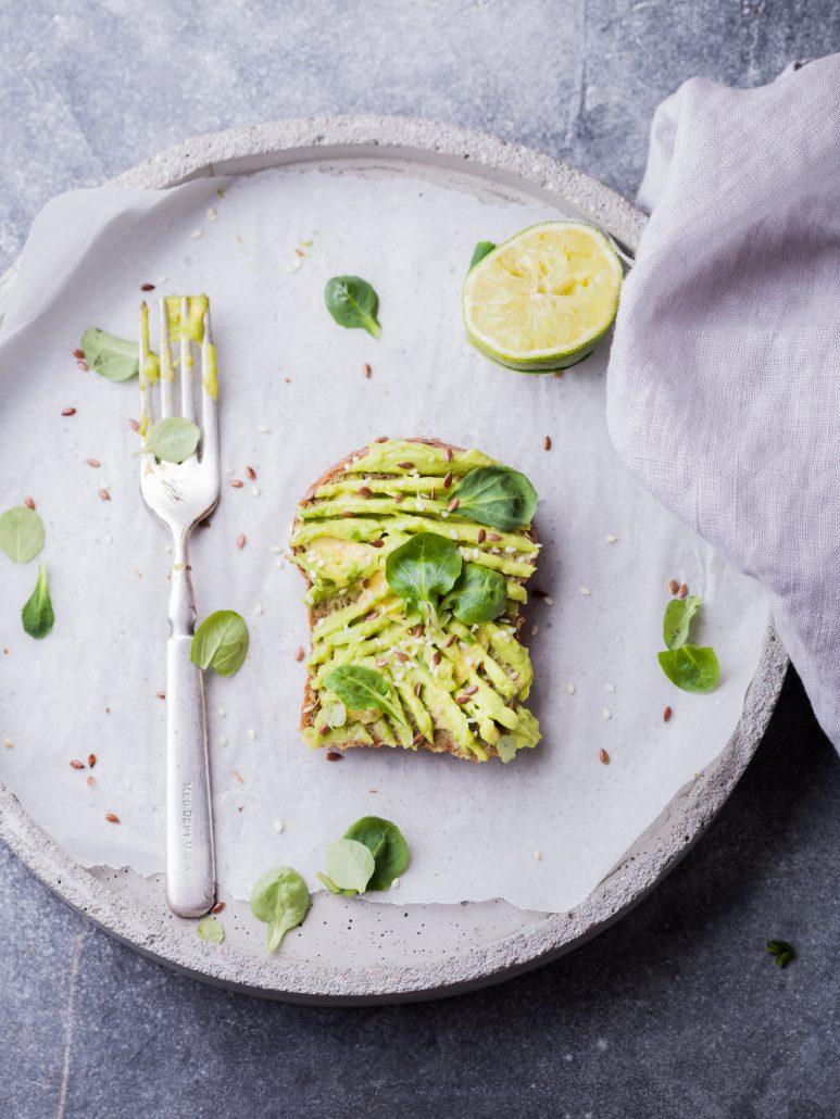 pflanzenbasiert ernähren mit Avocado Brot