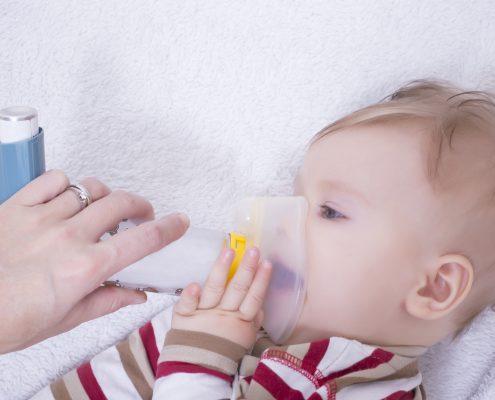 Kind mit Inhalator, Kind inhaliert