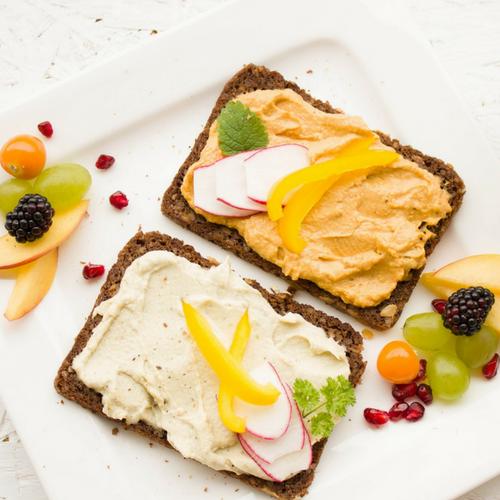 Pflanzenbasierte Ernährung: Brot mit veganem Aufstrich und viel Gemüse